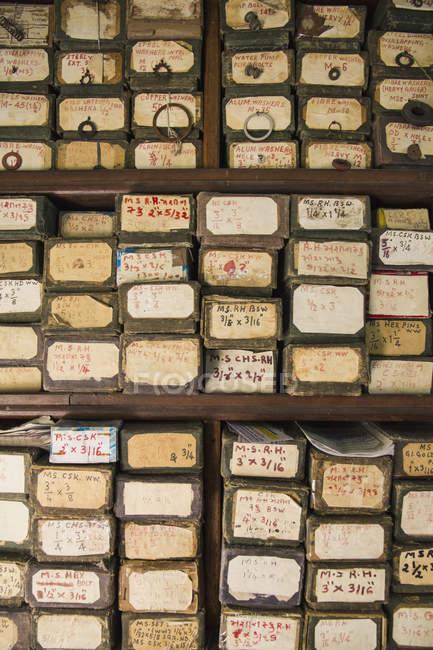 Vieilles boîtes empilées dans une étagère le jour — Photo de stock