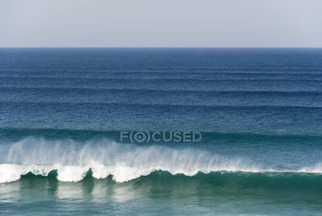 Ocean with breaking waves — Stock Photo