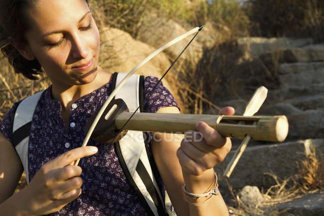 Jeune femme jouant instrument en bois fait main — Photo de stock