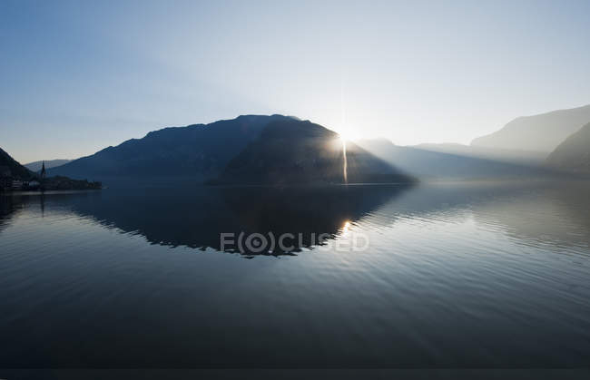 Vista del lago Hallstaetter See en sunrise, alta Austria, Austria - foto de stock