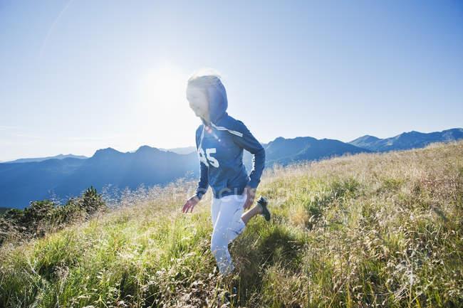 Австрия, Зальцбург Каунти, молодая женщина работает в альпийский луг — стоковое фото