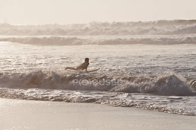 Surfer surfing on waves — Stock Photo