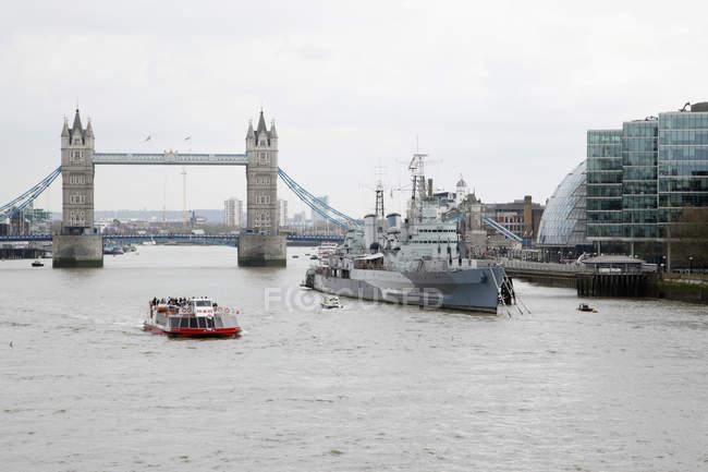 Англия, Лондон, Вид на Лондонский мост и военный корабль — стоковое фото
