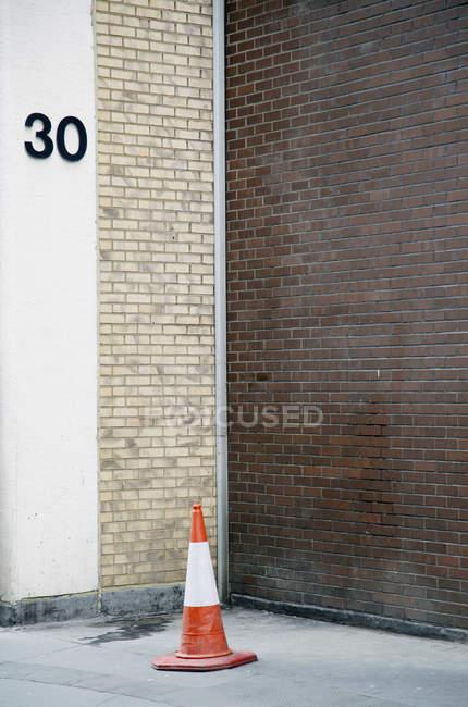 Число 30 на стене с трафика конуса в углу — стоковое фото