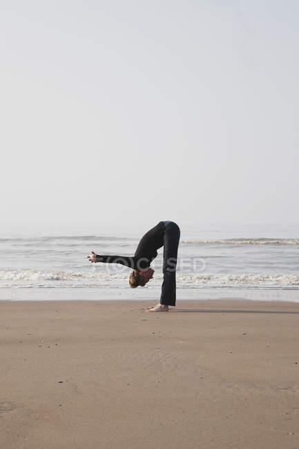 Belgien, junge Frau übt an der Nordsee — Stockfoto
