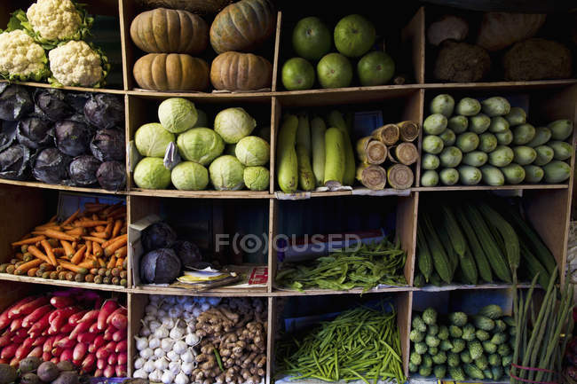 India, Ooty, Variety of vegetables in cupboard at market — Stock Photo