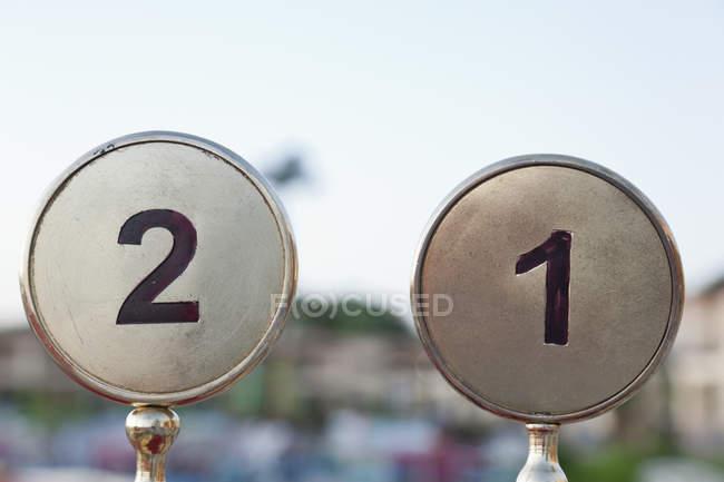 Крупным планом вид двух таблицы чисел в металлических кругов — стоковое фото