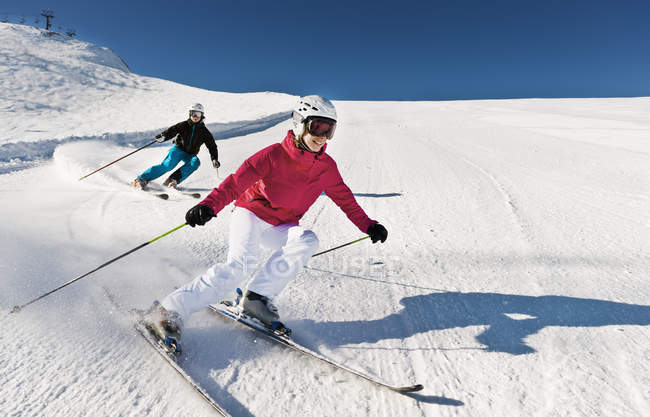 Austria, Salzburg, Young couple skiing on mountain — Stock Photo
