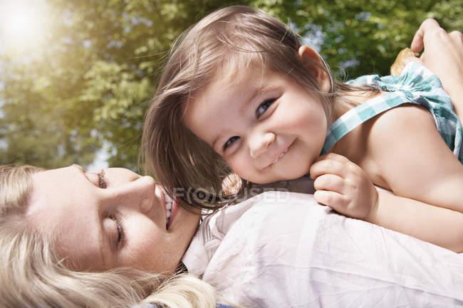 Мать и дочь улыбаются, закрываются — стоковое фото