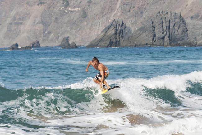 Серфинг на волнах — стоковое фото