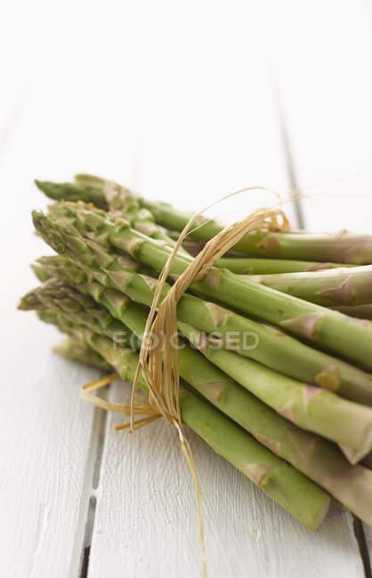 Pacchetto di asparagi verdi — Foto stock