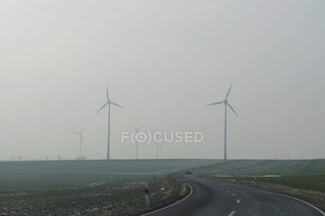 Ветрогенераторы в тумане — стоковое фото