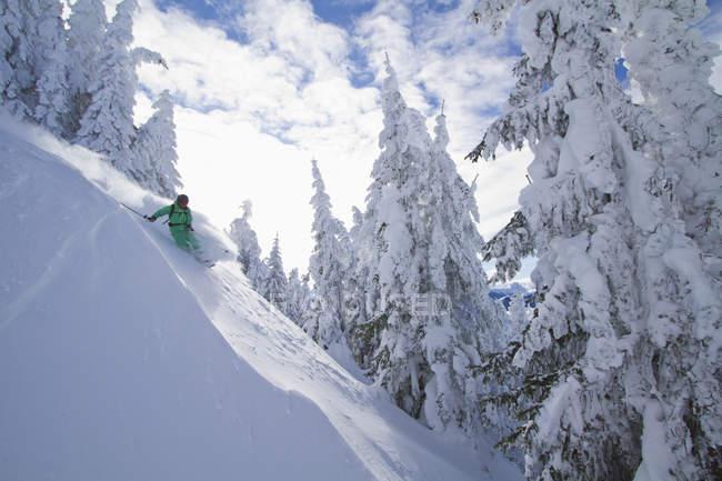 Austria, Tirol, Kitzbuehel, hombre haciendo telemark esquí - foto de stock