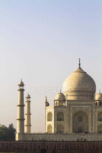 People at Taj Mahal in sunlight — Stock Photo