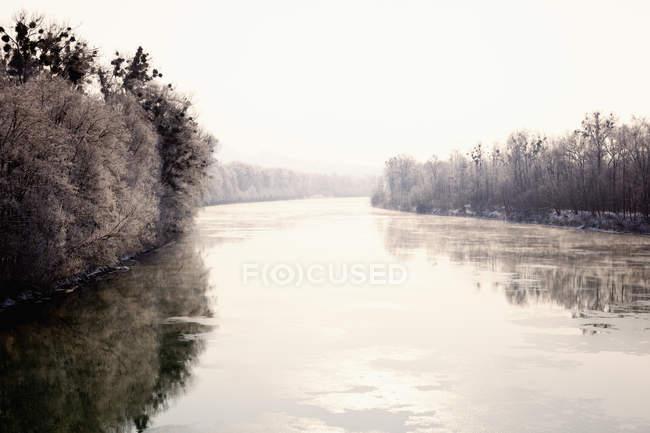 River Inn con alberi — Foto stock