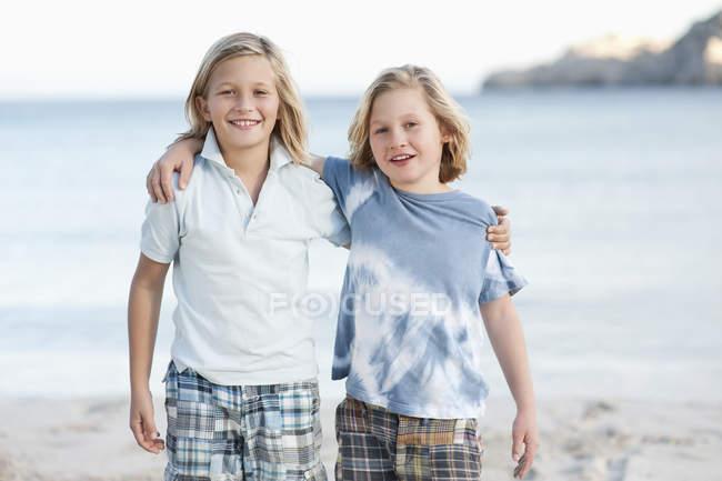Children standing on beach — Stock Photo