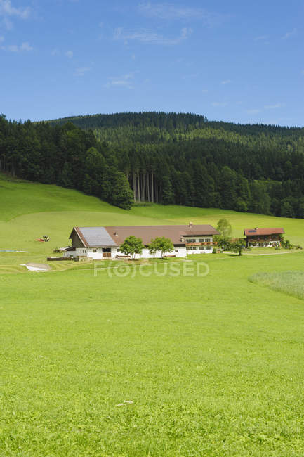 Distant view of village houses with alps at daytime, Bavaria, Germany, — Foto stock