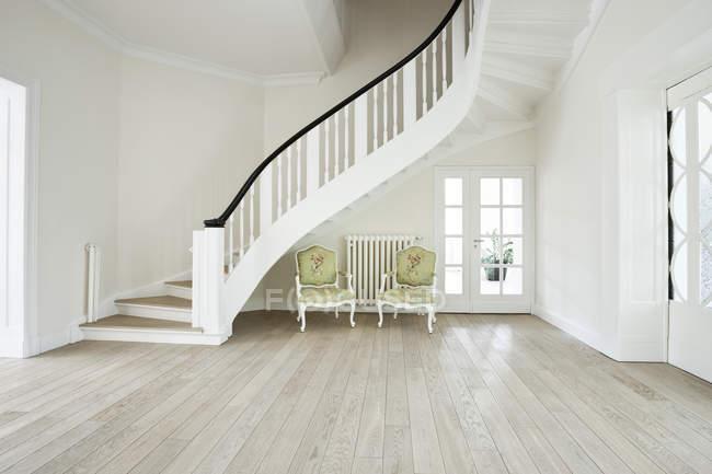 Interieur eines modernen Wohnzimmers mit Treppe — Stockfoto