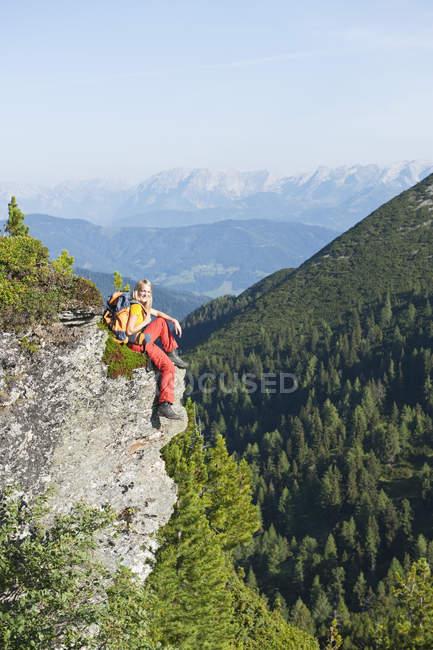 Туристы, сидя на скале — стоковое фото