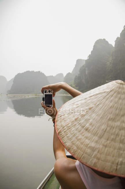 Vietnam, Ninh Binh, Giovane turista donna che scatta foto di paesaggio — Foto stock