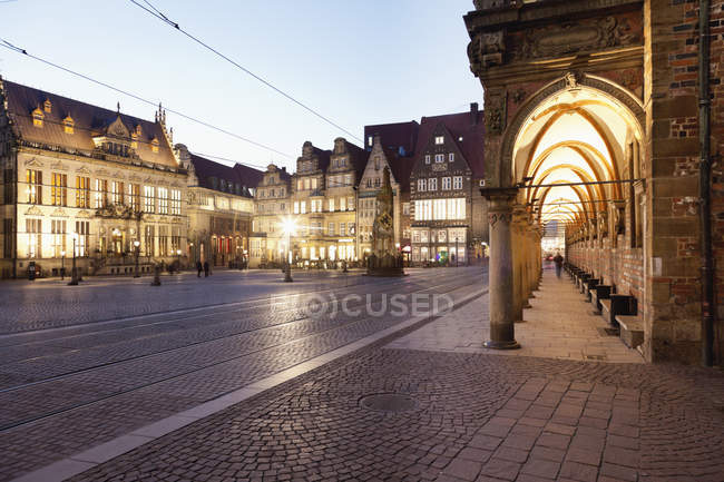 Piazza del mercato con edifici illuminati — Foto stock