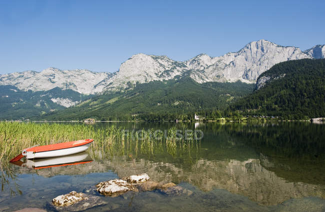 Scenic view of Lake Grundlsee with mountains at daylight, Styria, Austria, — Foto stock