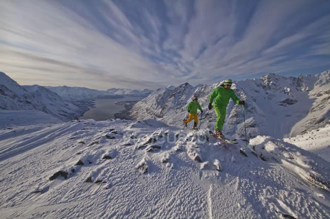 Norvegia, Sciatori a piedi donwhill — Foto stock