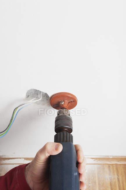 Gros plan de l'électricien masculin au travail avec des outils professionnels — Photo de stock