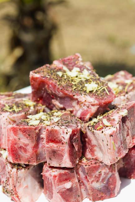 Nahaufnahme von mit Pfeffer, Rosmarin und Knoblauch marinierten Lammkoteletts — Stockfoto