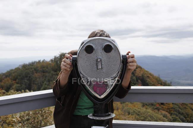 EE.UU., Persona mirando a través de binocular cerca de Blue Ridge Parkway - foto de stock