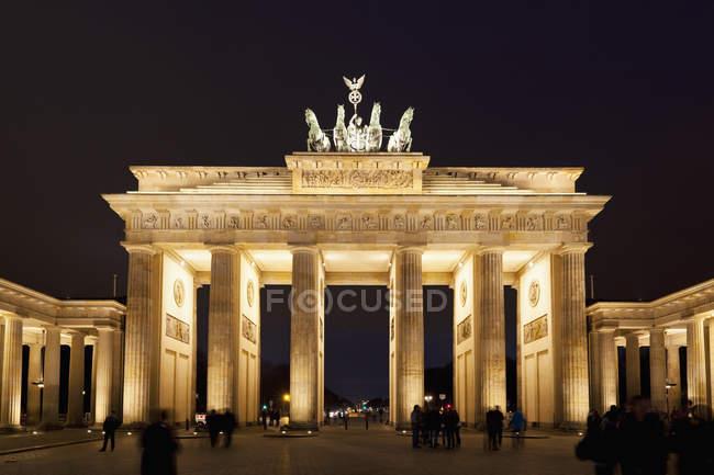 Deutschland, berlin, menschen am brandenburger tor nachts — Stockfoto