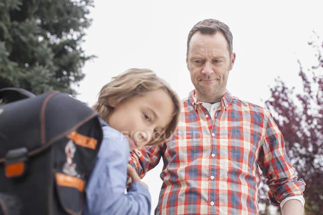 Pai bravo com o filho vai à escola — Fotografia de Stock