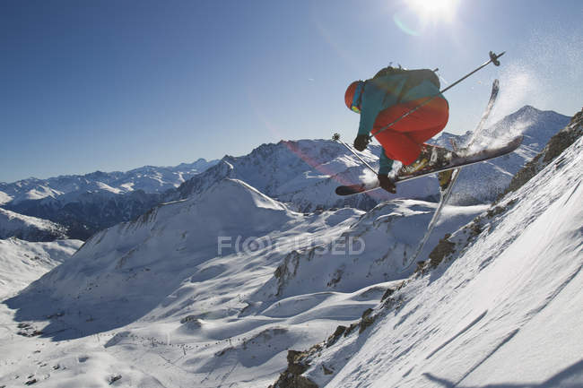 Austria, Tirol, Ischgl, Man ski jumping in snow — стокове фото