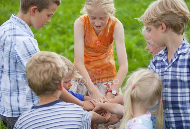 Група дітей воєдино руки — стокове фото