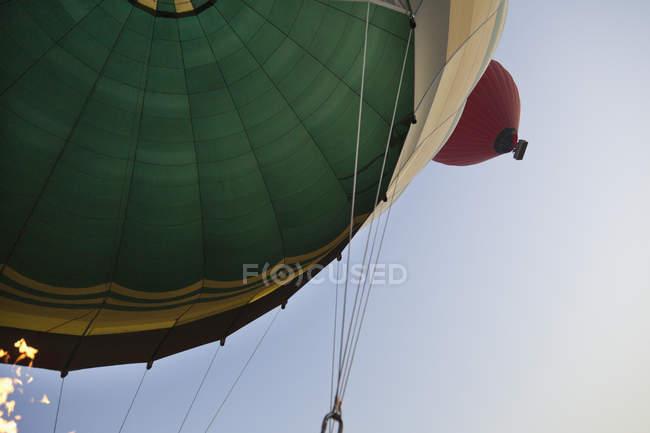 Primer plano de globo de aire caliente con cielo azul de fondo - foto de stock
