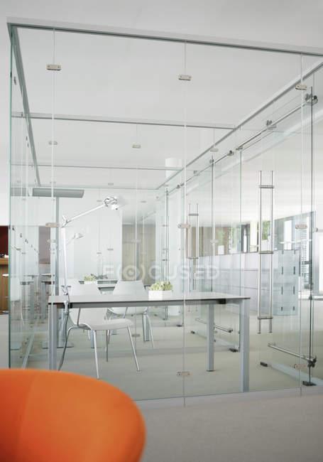 Пустой современный офис со стеклянными стенами — стоковое фото
