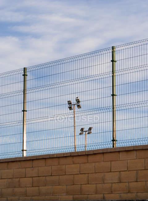 Испания, Вид на забор с прожекторами — стоковое фото