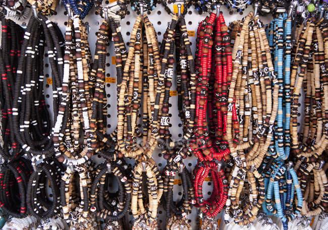 Хорватия, Различные ожерелья висят в магазине в Башке — стоковое фото