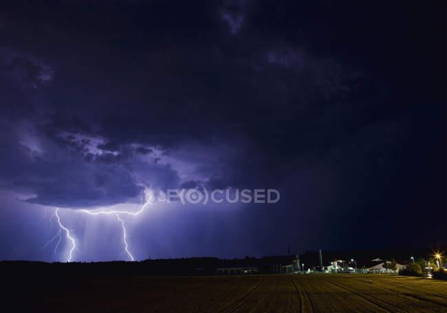 Alemanha, Bavaria, Sauerlach, relâmpagos na noite — Fotografia de Stock