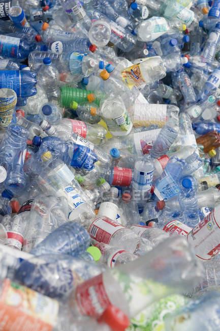 Alemanha, reciclagem de garrafas de plástico vazio — Fotografia de Stock