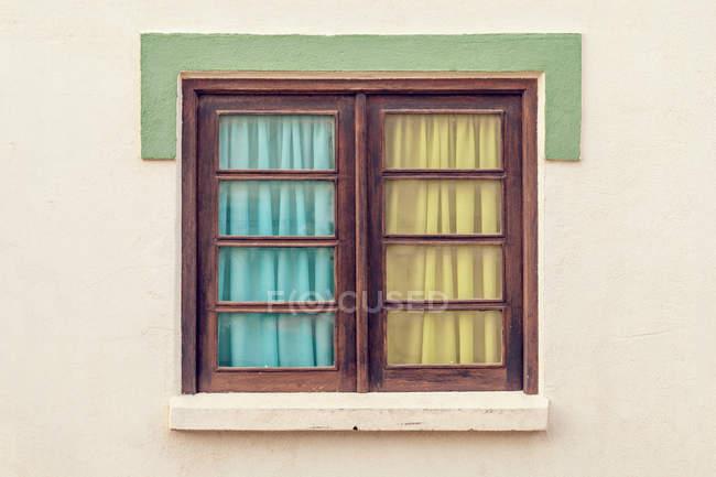 Vista de la ventana cerrada con cortina - foto de stock