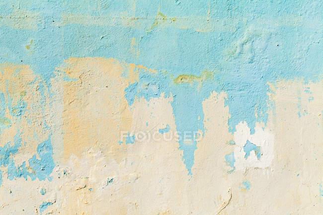 Vista de pared Crumbled resistida, de cerca - foto de stock
