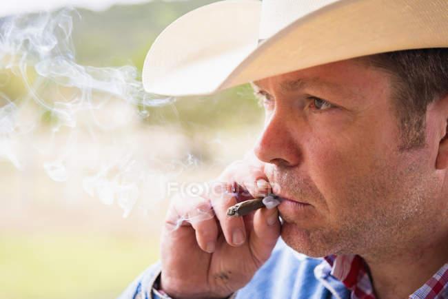Texas, Cowboy rauchende Zigarre, Nahaufnahme — Stockfoto