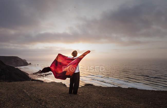 Португалия, человек, стоящий на утесе Сагреш — стоковое фото