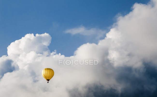 Австрія, повітряній кулі в Oberhofen проти хмарного неба — стокове фото