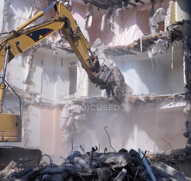 Перегляд demolishing будинок з гідравлічні різак кран — стокове фото