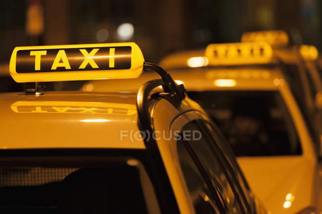 Deutschland, Bayern, München, beleuchtete anmelden Taxi anzeigen Verfügbarkeit — Stockfoto