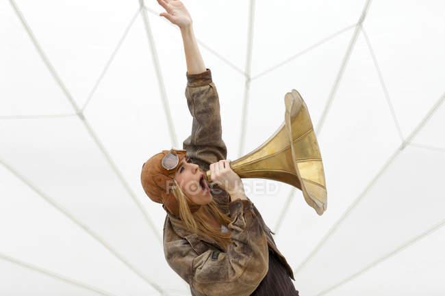 Женщина, кричащая в воронку граммофона — стоковое фото