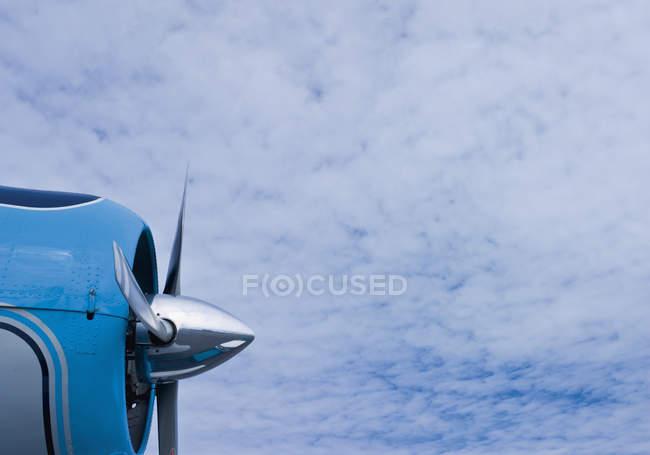 Alemanha, Hélice de avião contra céu nublado — Fotografia de Stock