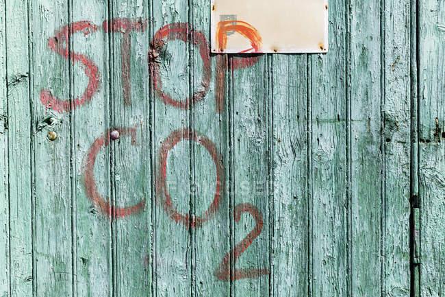 Fachada de madeira ciana com letras, close-up — Fotografia de Stock